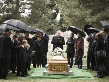 people-at-a-funeral-104302974-5a557655f1300a0037f1f503